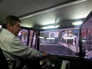 Ing. Roberto López conduciendo en el simulador.